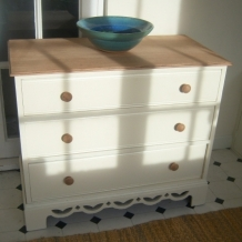 PRETTY VINTAGE OAK CHEST OF DRAWERS
