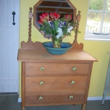 A DELIGHTFUL SOLID OAK VINTAGE DRESSING TABLE