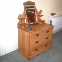 AN ANTIQUE DRESSING TABLE, EARLY 1900s.