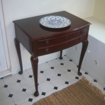 A HIGH QUALITY MAHOGANY CABINET / TABLE