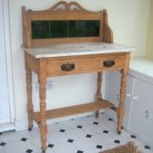 AN ART NOUVEAU PINE AND OAK WASHSTAND