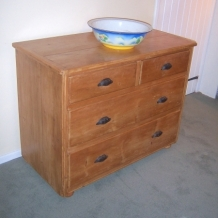 A VERY NICE ANTIQUE PINE CHEST OF DRAWERS