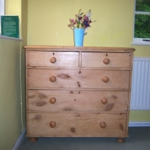 A GORGEOUS VICTORIAN PINE CHEST OF DRAWERS
