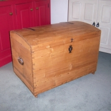 VINTAGE PINE BLANKET CHEST / TRUNK